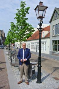 wethouder Peter Pennings bij de nieuwe verlichting in Vught